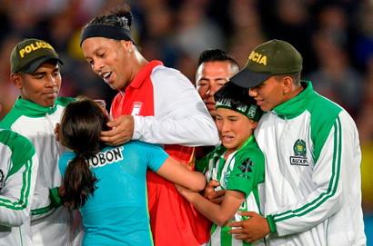 Grande folla e grande entusiasmo a Bogot&agrave; dove Ronaldinho, con la maglia dell&#39;Independiente Santa Fe, ha giocato un&#39;esibizione contro l&#39;Atletico Nacional de Medellin che fa parte di un tour che sta facendo intorno al mondo. Alla partita presenti tante stelle come Higuita, Zuniga, Arisitzabal, Gonzalo Martinez e Agustin Julio. Domenica altra amichevole a Cal&igrave;.<br /><br />