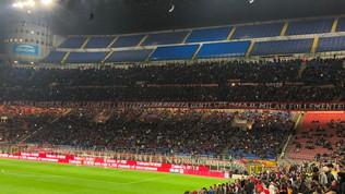 """Milan, striscione della Curva Sud:""""Battetevi per questa gente"""""""