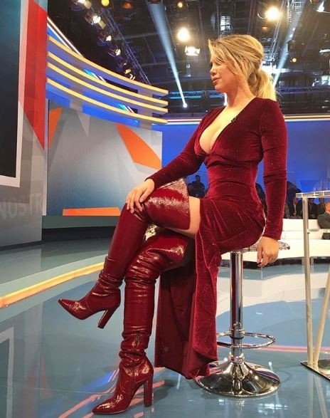 Wanda Nara, moglie e agente di Mauro Icardi, ha nuovamente incantato lo studio di Tiki Taka con una provocante scollatura inserita in un elegante vest...