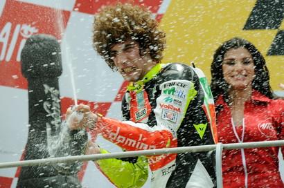 Sono passati gi&agrave; nove&nbsp;anni da quella tragica mattina del 23 ottobre 2011 in cui Marco Simoncelli perse la vita a Sepang poche curve dopo il via della gara di MotoGP.<br /><br />