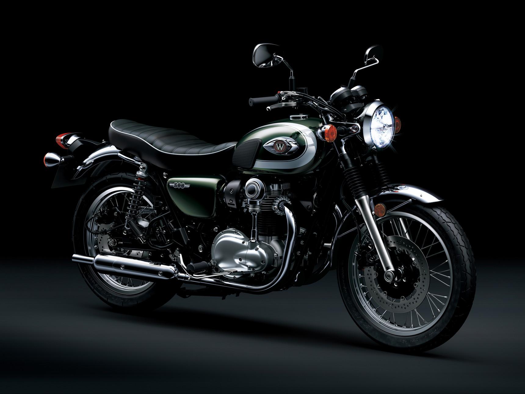 Dopo la Street e la Caf&eacute;, ecco la terza versione della Kawasaki W800. Monta il motore bicilindrico da 773 cc raffreddato ad aria, ma di color argento con alcune parti verniciate di nero. All&#39;anteriore compare un cerchio da 19 pollici. Tornano arancioni gli indicatori di direzione. Si rif&agrave; al classico anche la strumentazione. Nuovo il parafango cromato, ma anche manubrio, specchietti e pedali.<br /><br />