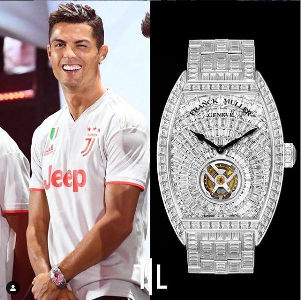 Cristiano Ronaldo indossa un Frank Muller Cintree Tourbillon.  Valore di mercato : un milione e 500mila euro.