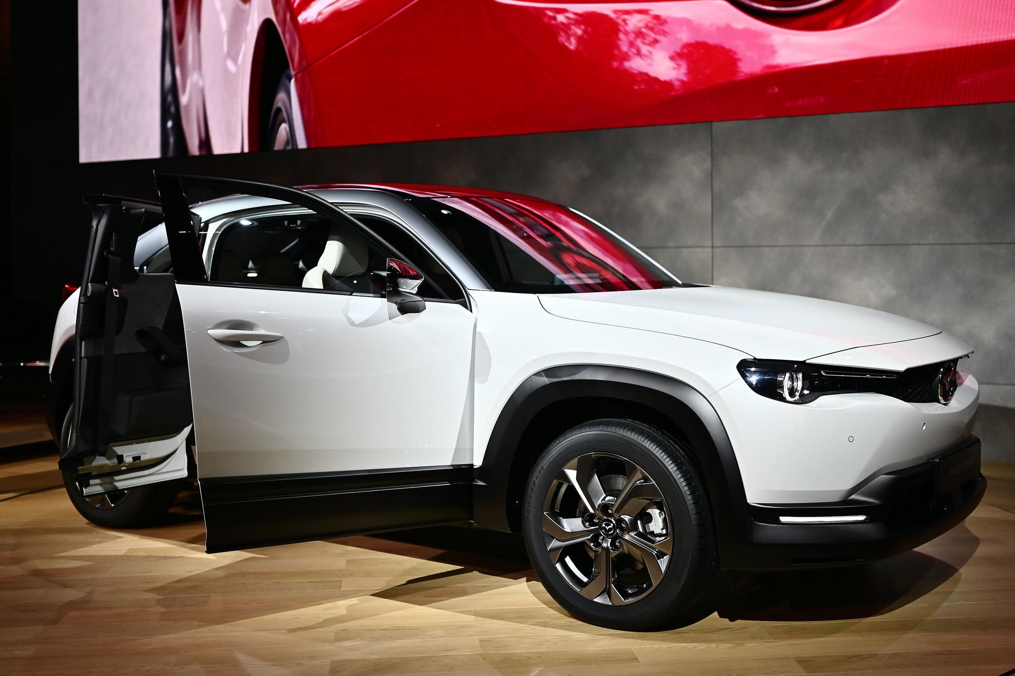 Mazda ha presentato al Salone di Tokyo 2019 la sua prima vettura elettrica di serie, la MX-30. La vettura, un crossover di taglia media, garantisce circa 200 km di autonomia grazie ad una batteria di 35,5 kwh. In vendita dal 2020 ad un prezzo di lancio da 34.900 euro.