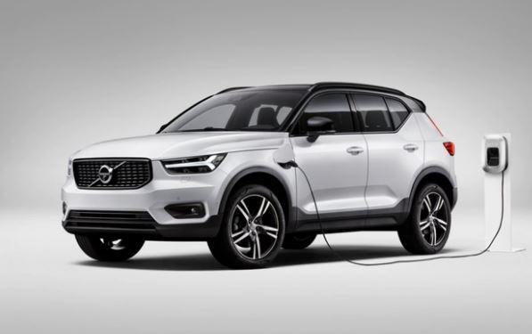 La Volvo ha presentato la versione elettrica della XC40, primo modello elettrificato della casa svedese. Sotto il cofano due motori elettrici da 408 cavalli complessivi, una promessa di 400km di autonomia e solo 40 minuti per ricaricare dell'80% le batterie.