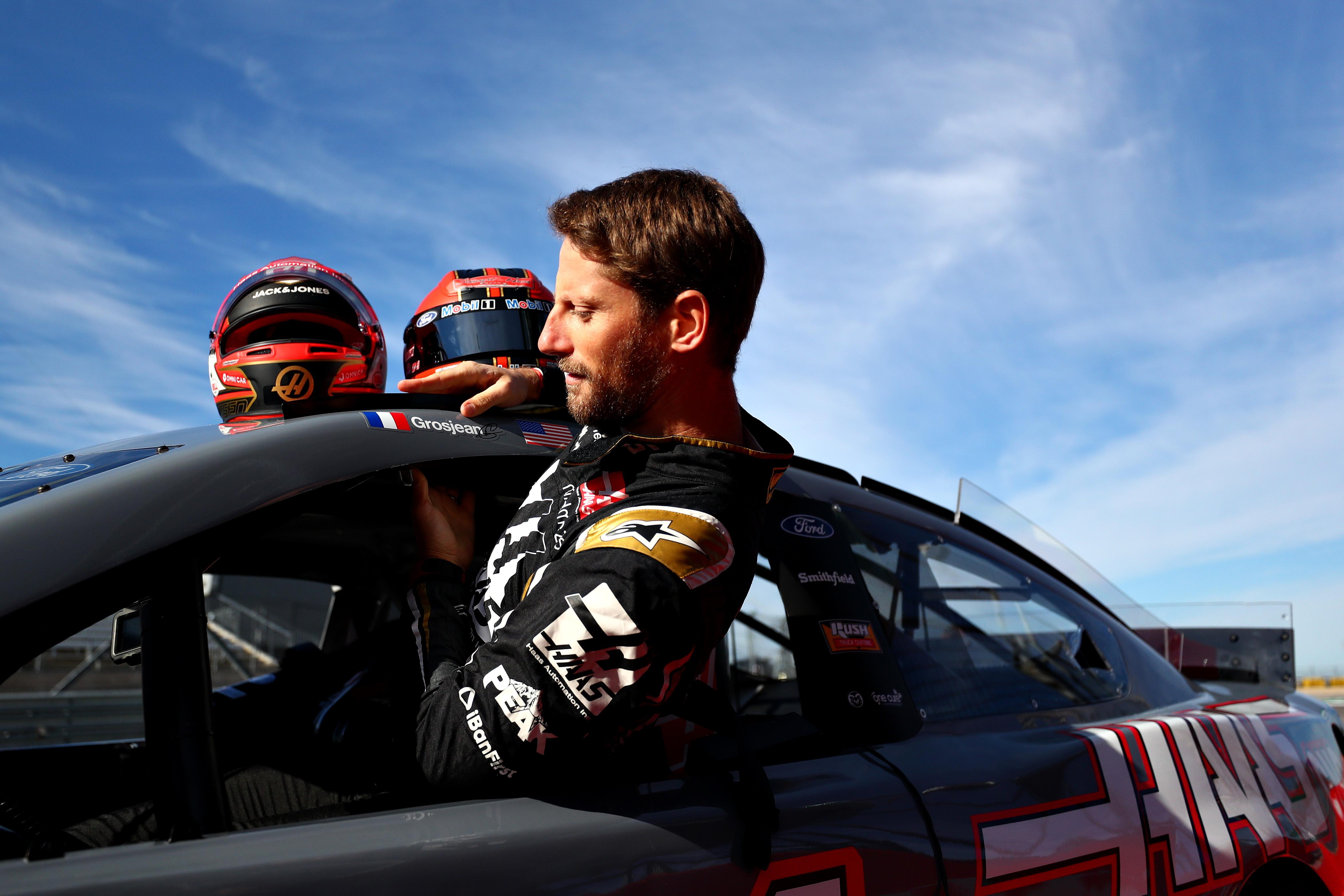 Romain Grosjean e Kevin Magnussen hanno abbandonato per un giorno la loro Haas e si sono seduti all&#39;interno dell&#39;abitacolo di un&#39;auto del campionato Nascar. In particolare&nbsp;la&nbsp;Ford Mustang della leggenda Tony Stewart alla viglia del weekend del GP di F1 ad Austin.<br /><br />