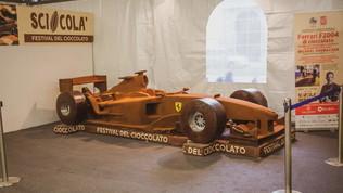 La Ferrari di Schumiin cioccolato a grandezza reale