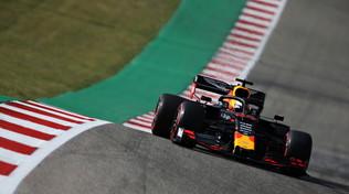 Verstappen regola Vettel, in fumo la Ferrari di Leclerc