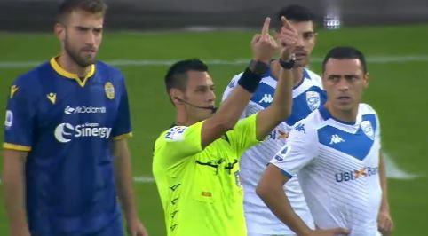 La partita Verona-Brescia èstata interrotta per tre minuti dopo che Mario Balotelli ha scagliato il pallone a terra e ha minacciato di an...