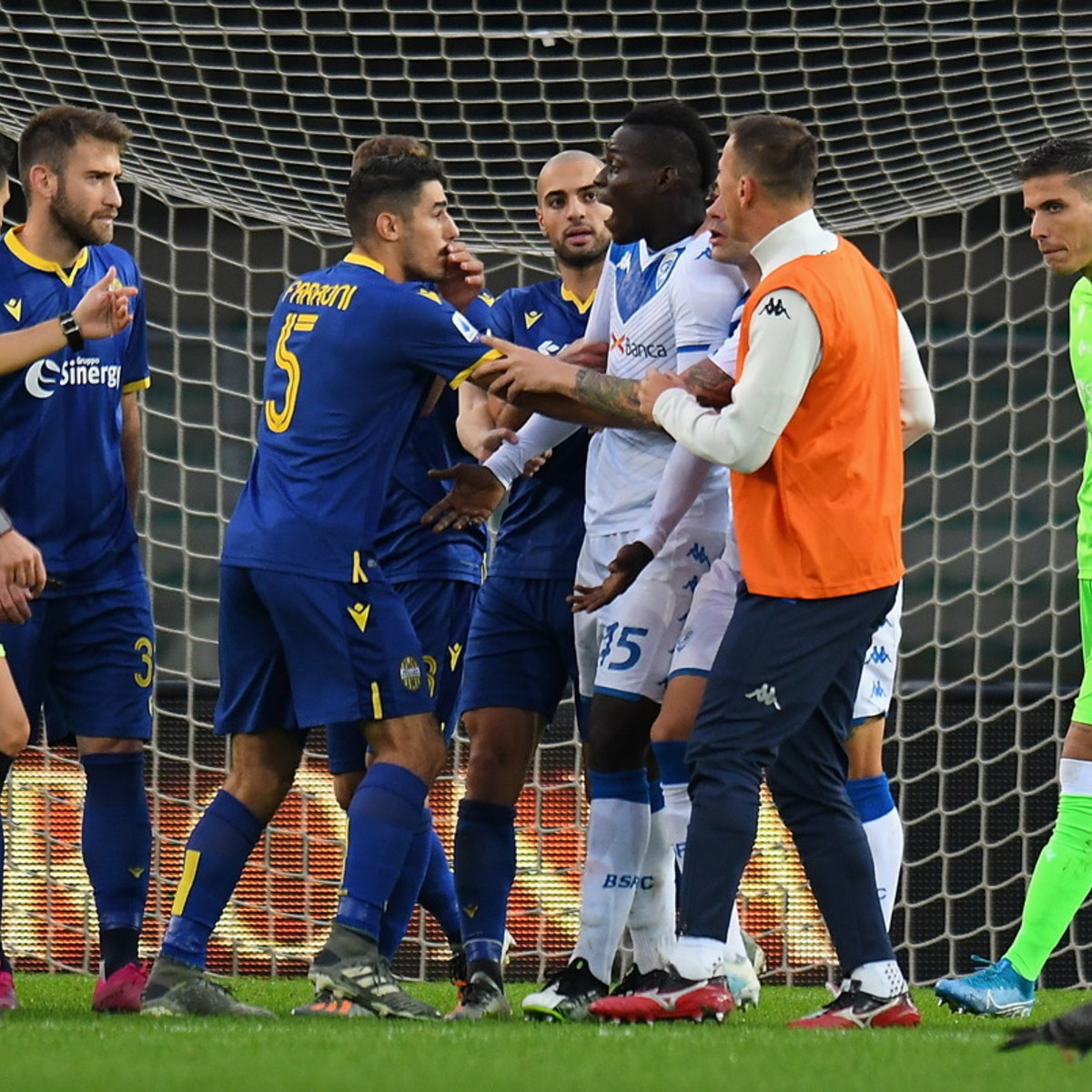 Verona-Brescia, cori razzisti a Balotelli: l'arbitro ferma il gioco