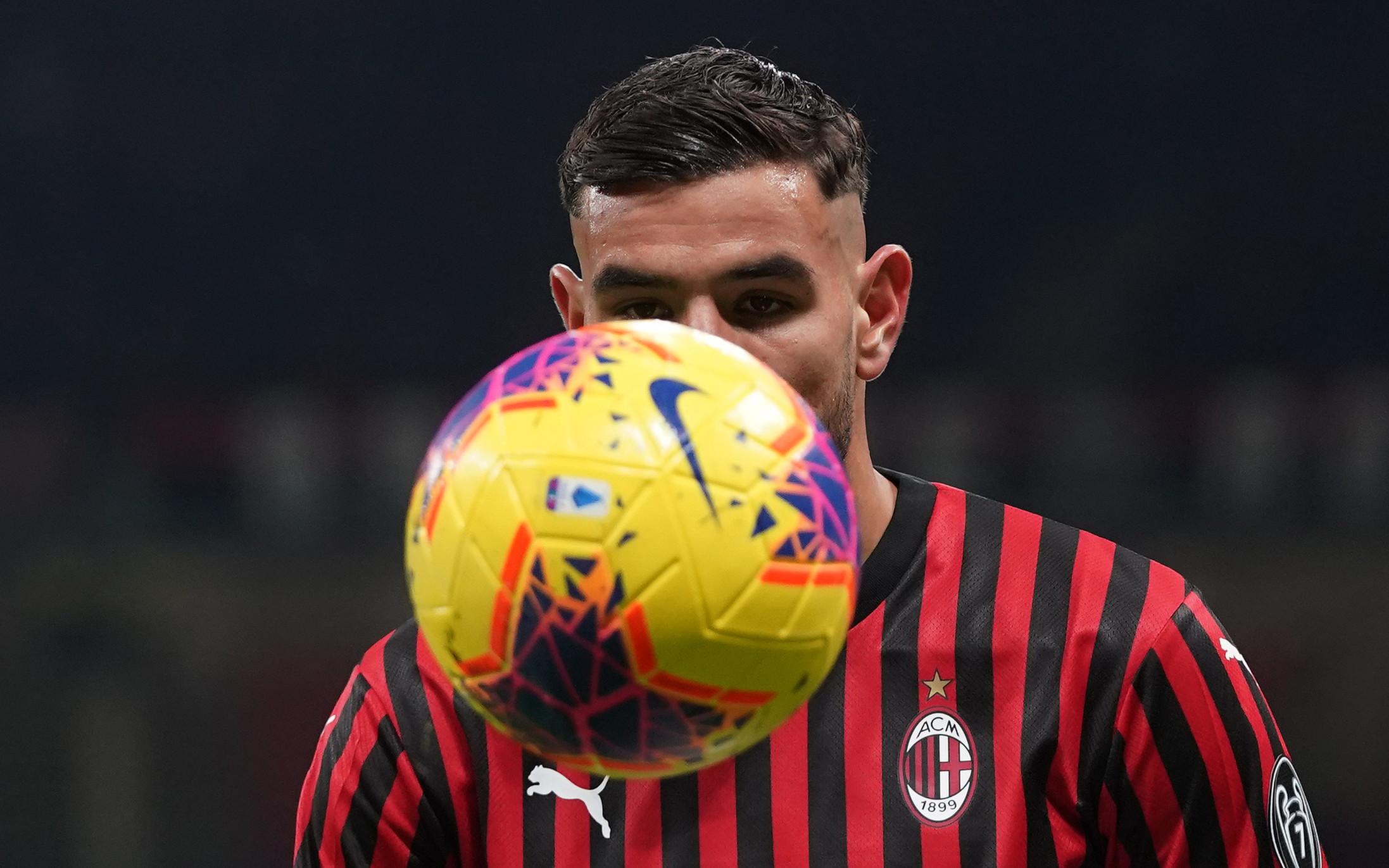 Nel secondo posticipo dell'11a giornata di Serie A,la Lazio batte 2-1 il Milan e aggancia al 4° posto Atalanta e Cagliari. A San Siro&nb...