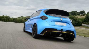 """La Renault Zoe si fa sportiva e aggressiva. La casa francese, infatti, ha ripreso in mano il progetto presentato nel 2017 Zoe e-Sport con un concept e i rumors dicono che entro il 2022 sarà realtà la versione RS di una dei modelli elettrici più venduti in tutta Europa. Batteria da 40 kWh e doppio motore elettrico per un totale di 460 cv. A confermarlo è stato Ali Kassai, capo della produzione Renault: """"Il nostro surplus di offerte nel mercato delle elttriche sportive deve avvenire in breve tempo. Siamo tra i leader nelle produzione di veicoli elettrici, quindi dobbiamo tenere il passo. Spero che entro tre anni il progetto della Zoe RS possa andare in porto""""."""