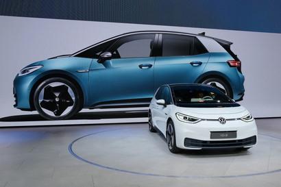 La Volkswagenha dato il viaalla produzione in serie dell'elettrica ID.3, primo modello della nuova generazione globale di elettriche della casa tedesca ad arrivare sul mercato. Il Cancelliere federale tedesco Angela Merkel e il CEO del Gruppo Herbert Diesspresenti per vedere la prima vettura uscire dalla linea di produzione nello stabilimento di Zwickau.