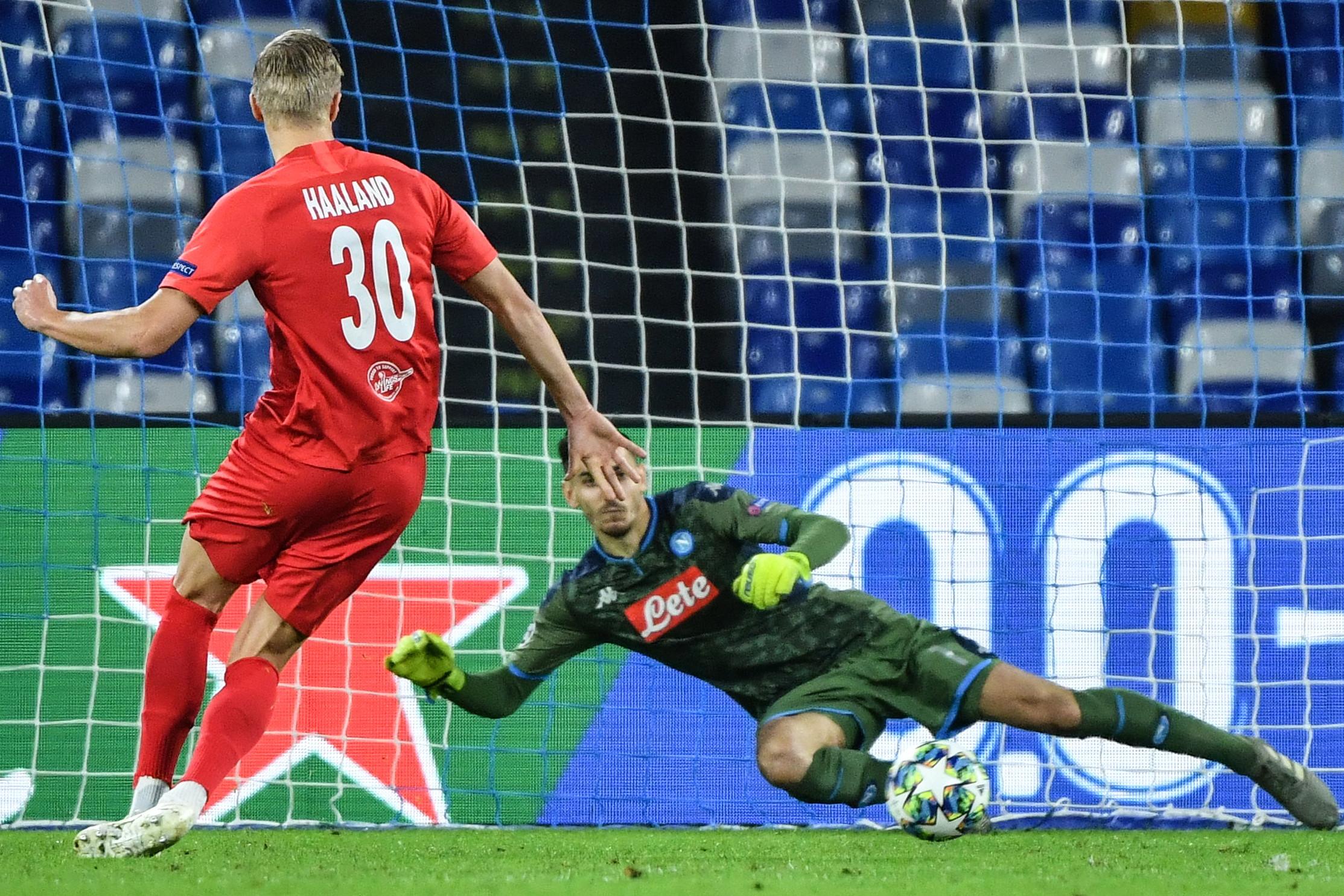 Nel quarto turno del Gruppo E di Champions, il Napoli pareggia contro il Salisburgo e scivola al secondo posto in classifica (Liverpool a +1) conserva...