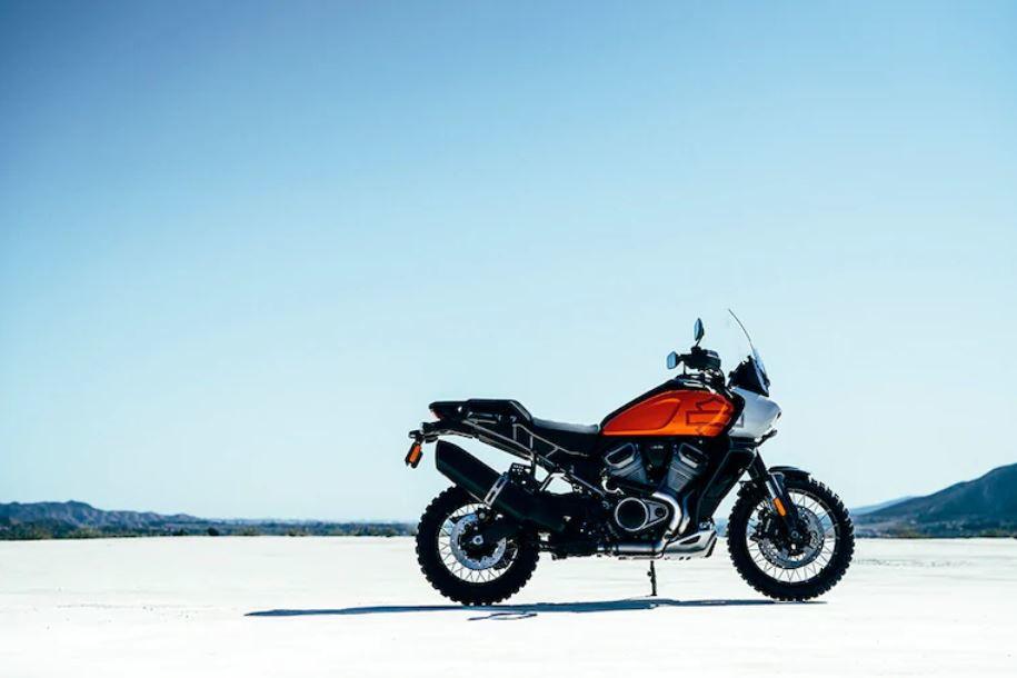 La Harley-Davidson Pan America èun perfetto mix tra vita all'aria aperta, spirito d'avventura e intraprendenza. È la versatilità pensata su due ruote: una moto nata per resistere a tutto, progettata per esplorare, e costruita per affrontare ogni situazione. È spinta dal propulsore Revolution Max V-Twin60° raffreddato a liquido da 1250 cc, che eroga fino a 145 CV per 122 Nm di coppia.