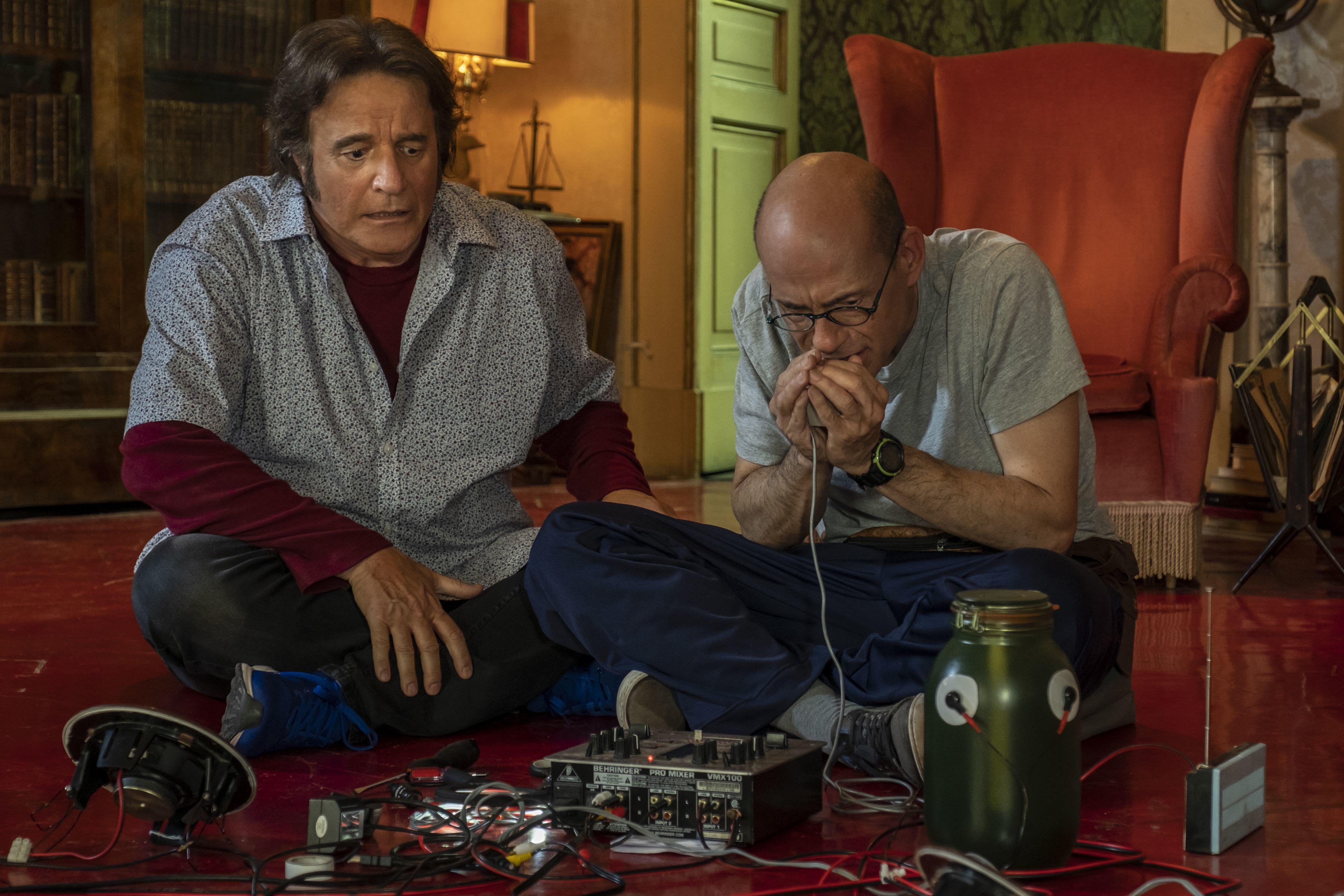 Tre fratelli improbabili - De Sica, Buccirosso, Tognazzi - senza un soldo e con un'idea geniale: la Paranormal Investigation