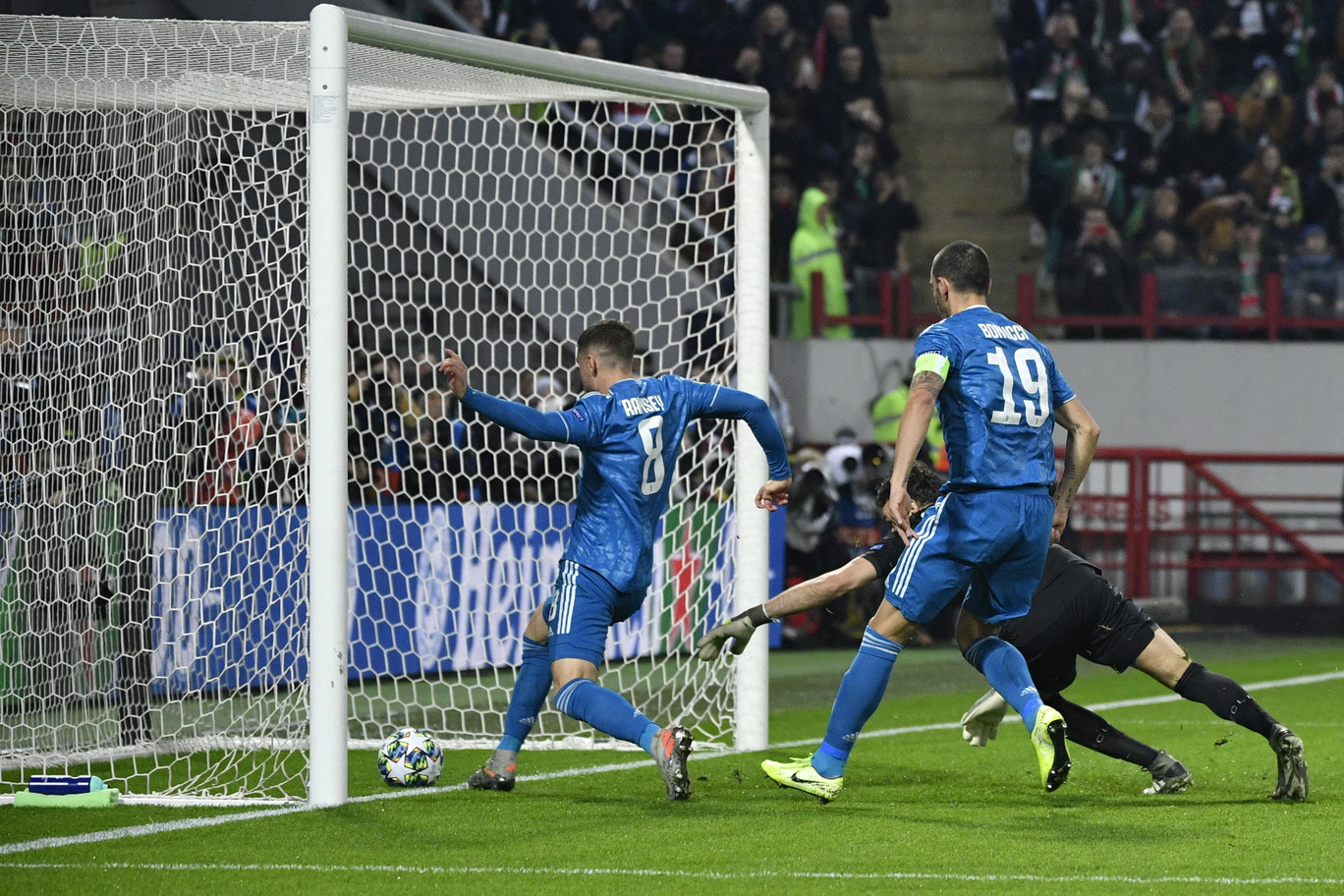 Una rete di Douglas Costa, al 93', consegna alla Juve gli ottavi di finale di Champions con due giornate d'anticipo. A Mosca, contro la Lokomo...