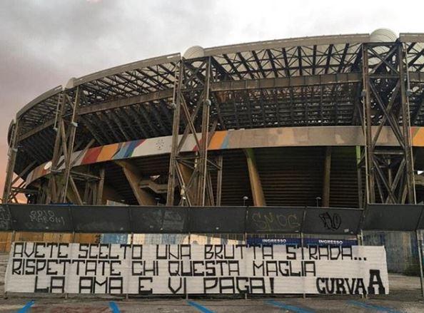 Dopo la contestazione al San Paolo, i tifosi del Napoli hanno rincarato la dose in tutta la città città: la Curva A ha posizionato stris...