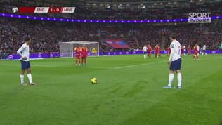 Kane imita Ronaldo e si porta il pallone a casa