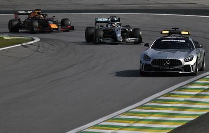 L'olandese della Red Bull ha vinto un GP pazzo davanti a Gasly e Sainz.