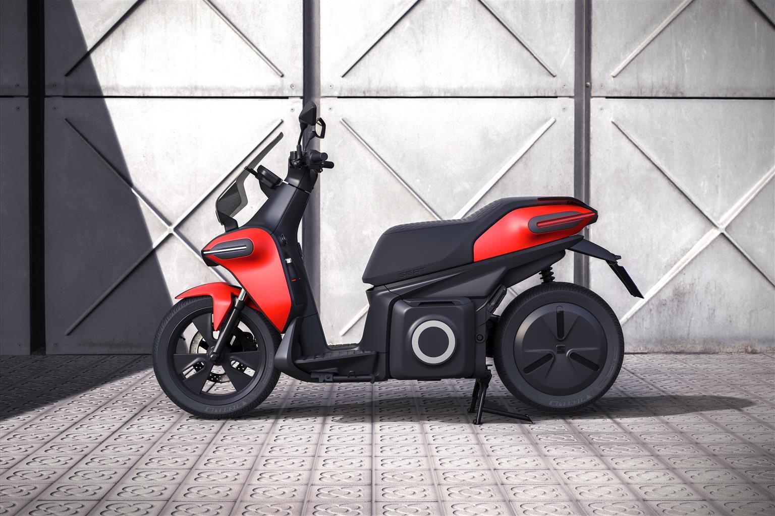 In occasione della nonaedizione dello Smart City Expo World Congress, Seat per la prima volta nei quasi 70 anni di storia della Casa di Barcellona, ha presentato il primo concept di e-Scooter elettrico. L'e-Scooter concept è dotato di un motore da 7 kW con una potenza di picco di 11 kW (14,8 CV), equivalente a 125 cc, in grado di erogare una coppia istantanea di 240 Nm. Lo scooter raggiunge una velocità massima di 100 km/h, sufficiente per accelerare a 50 km/h in soli 3,8 secondi. Inoltre, vanta un'autonomia di 115 km secondo i test WMTC. La batteria può essere facilmente rimossa e caricata nelle stazioni di ricarica domestiche o pubbliche a un costo stimato per tutti i clienti di soli € 0,70 per ogni 100 km. Inoltre, l'e-Scooter concept offre spazio sufficiente per custodire due caschi sotto il sedile, è connesso e gli utenti possono monitorare il livello di carica della batteria o la posizione tramite un'app mobile.