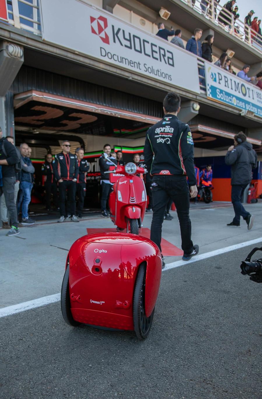 Piaggio Fast Forward, (PFF), la società robotica dal Gruppo Piaggio che sta rivoluzionando la mobilità attiva leggera, ha annunciato la partnership con (RED). L'edizione limitata di (gita)RED sarà disponibile per l'acquisto esclusivamente oggi, durante la quinta edizione annuale di (RED) SHOPATHON, sul portale Amazon.com/RED e per un periodo limitato di tempo.  (RED) è un'organizzazione no profit che ha l'obbiettivo di accrescere la consapevolezza sull'AIDS e raccogliere fondi per combatterla.  Per ogni (gita)RED venduto, verranno devoluti 50 dollari al Global Fund. I programmi finanziati da (RED) supportano un'ampia gamma di attività e cure salvavita contro l'HIV e AIDS, inclusi test, consulenza, trattamenti e prevenzioni, con l'obbiettivo primario di interrompere la trasmissione del virus dalle madri ai propri figli durante la gravidanza.  (gita)RED è la prima capsule collection di Piaggio Fast Forward. Il robot, in edizione limitata, ha tutte le funzionalità del classico gita, con lo stile distintivo (RED). Il robot gita è unico nel suo genere, trasporta gli effetti personali, consentendo all'utilizzatore di interagire con le persone e dedicarsi alle attività che più ama, a testa alta e a mani libere.