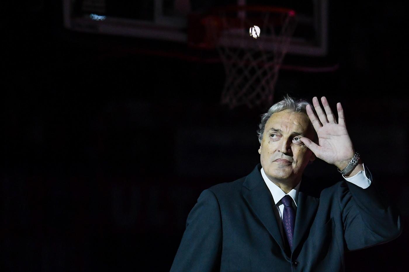 L'Olimpia Milano ha deciso di omaggiare la leggenda del basket italiano Dino Meneghin