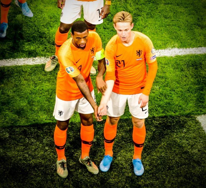 WijnaldumeDeJonguniti contro ilrazzismo. I due centrocampisti olandesi, dopo il primo gol segnato dal mediano del Liverpool nel match di qualificazione aEuro 2020 contro l'Estonia(5-0), hanno mostrato a favore di telecamere i propri avambracci per comunicare a tutti che non ci sono differenze nel colore della pelle, ma esiste solo l'arancione dell'Olanda. I due hanno poi ripostato la foto anche sui propriprofili social. Un bel gesto, un bel messaggio contro il razzismo e al fischio finaleWijnaldumsi è anche portato a casa il pallone perché autore di una tripletta.