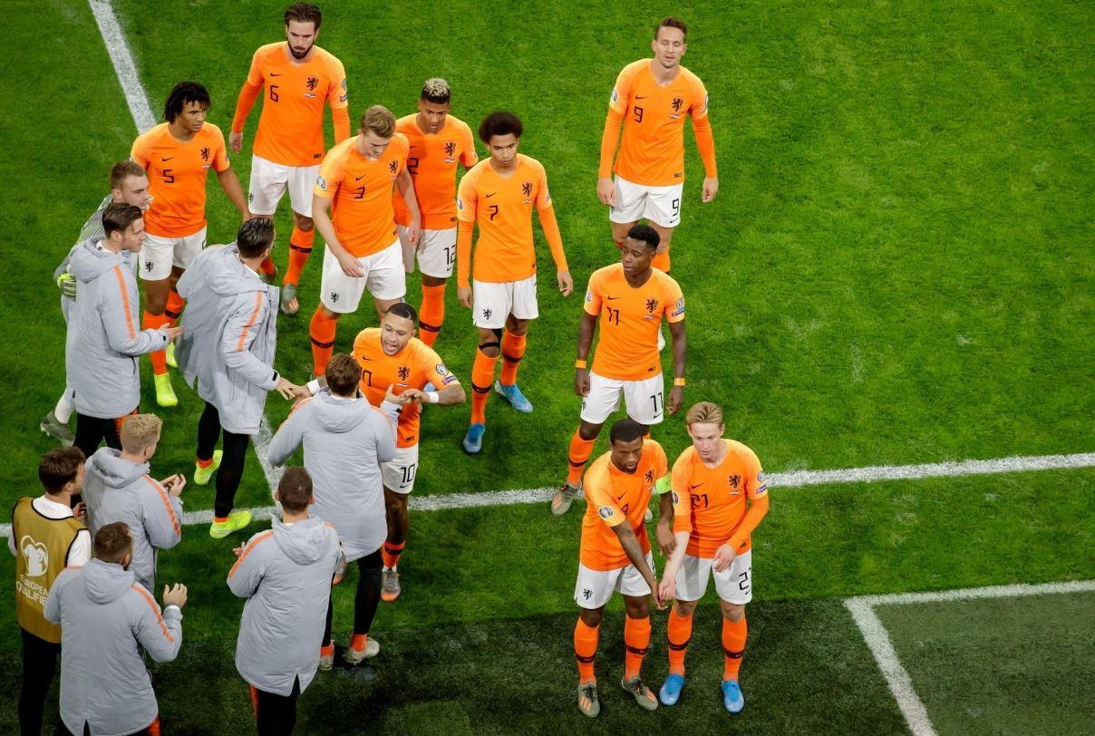WijnaldumeDeJonguniti contro ilrazzismo. I due centrocampisti olandesi, dopo il primo gol segnato dal mediano del Liverp...