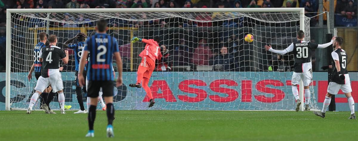 L'Atalanta di Gasperini è una macchina quasi perfetta. Quasi, perché c'è un fondamentale per cui i nerazzurri non sembrano in grado di trovare una soluzione: i calci di rigore. Anche con la Juventus la musica non è cambiata: a quindici minuti dal fischio d'inizio l'arbitro Rocchi concede il penalty e dal dischetto si presenta il giovanissimo Musa Barrow. Il coraggio non viene premiato dalla fortuna e il risultato rimane invariato. E alla fine della partita, con la Juventus che vince 1-3 in rimonta, il rigore pesa eccome. Ma Barrow è decisamente in buona compagnia nella gestione Gasperini...