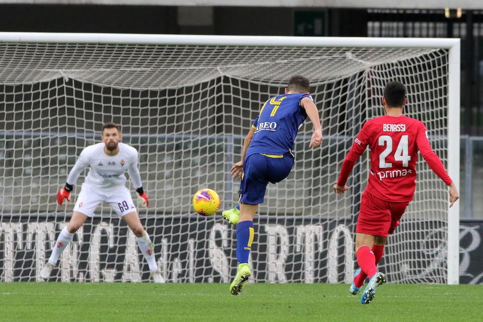 Il Verona batte 1-0 la Fiorentina con il gol di Di Carmine e sale a 18 punti, scavalcando proprio i viola.