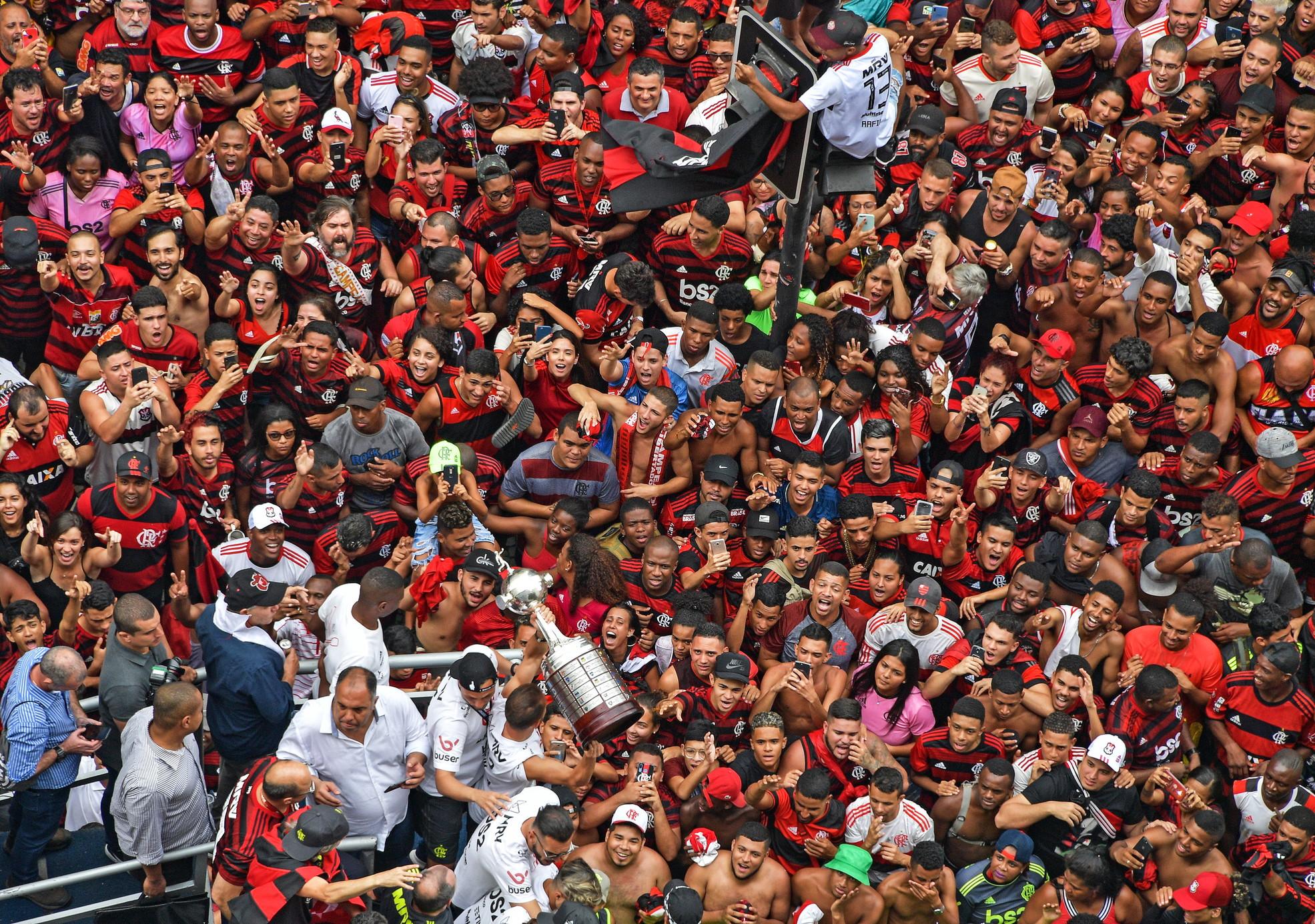 E' campione del Brasile mentre celebra il successo nella Libertadores tra i tifosi. E si registrano anche scontri tra tifosi e la polizia.
