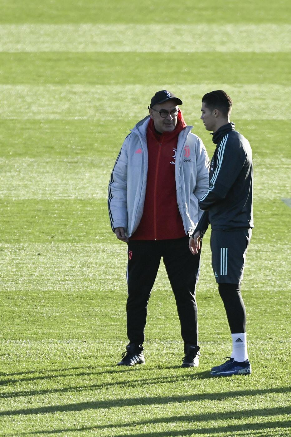 Serrato confronto in campo tra Cristiano Ronaldo e Sarri nella rifinitura in vista della partita di Champions contro l'Atletico Madrid.