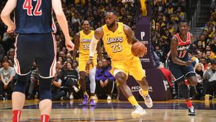 Nba: Lakers e Bucks arrivano a dieci vittorie di fila, San Antonio e Belinelli abbattono i Clippers