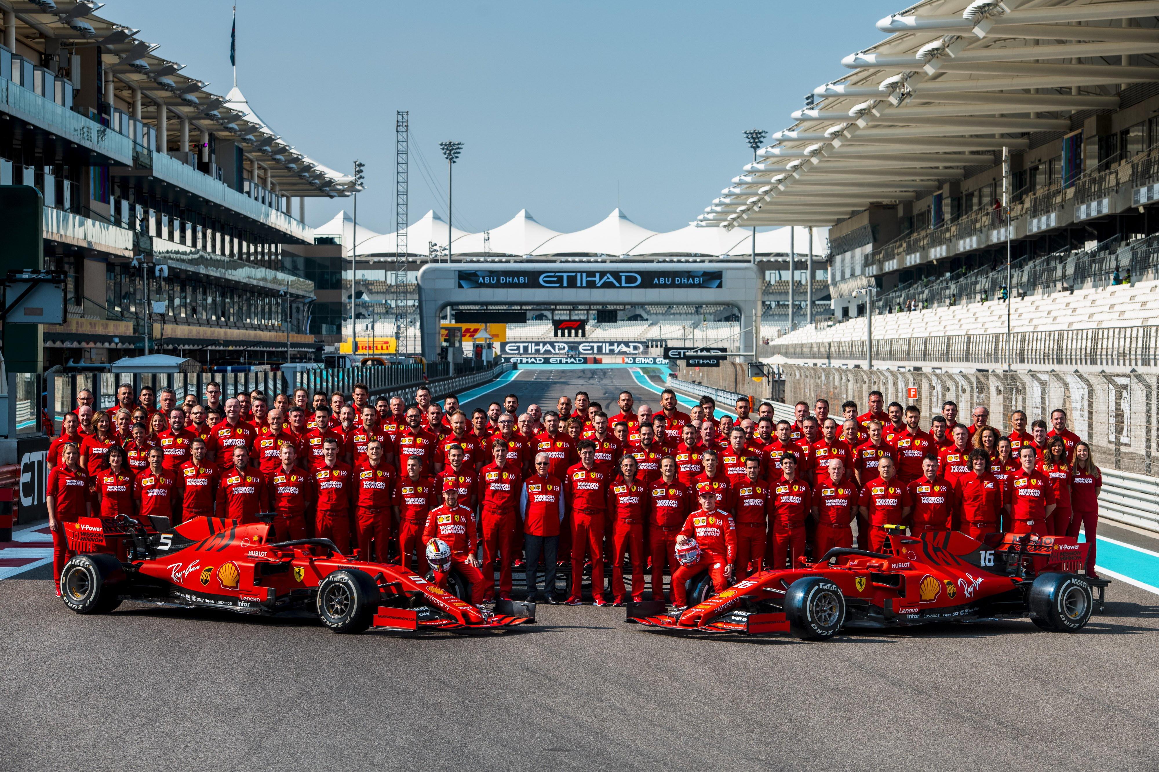 Ad Abu Dhabi, ultima gara della stagione, i team hanno posato per una foto ricordo.