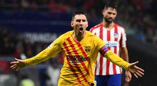 I blaugrana vincono nel finale sul campo dell'Atletico Madrid e raggiungono il Real in vetta. A un punto c'è il Siviglia, vittorioso sul Leganes