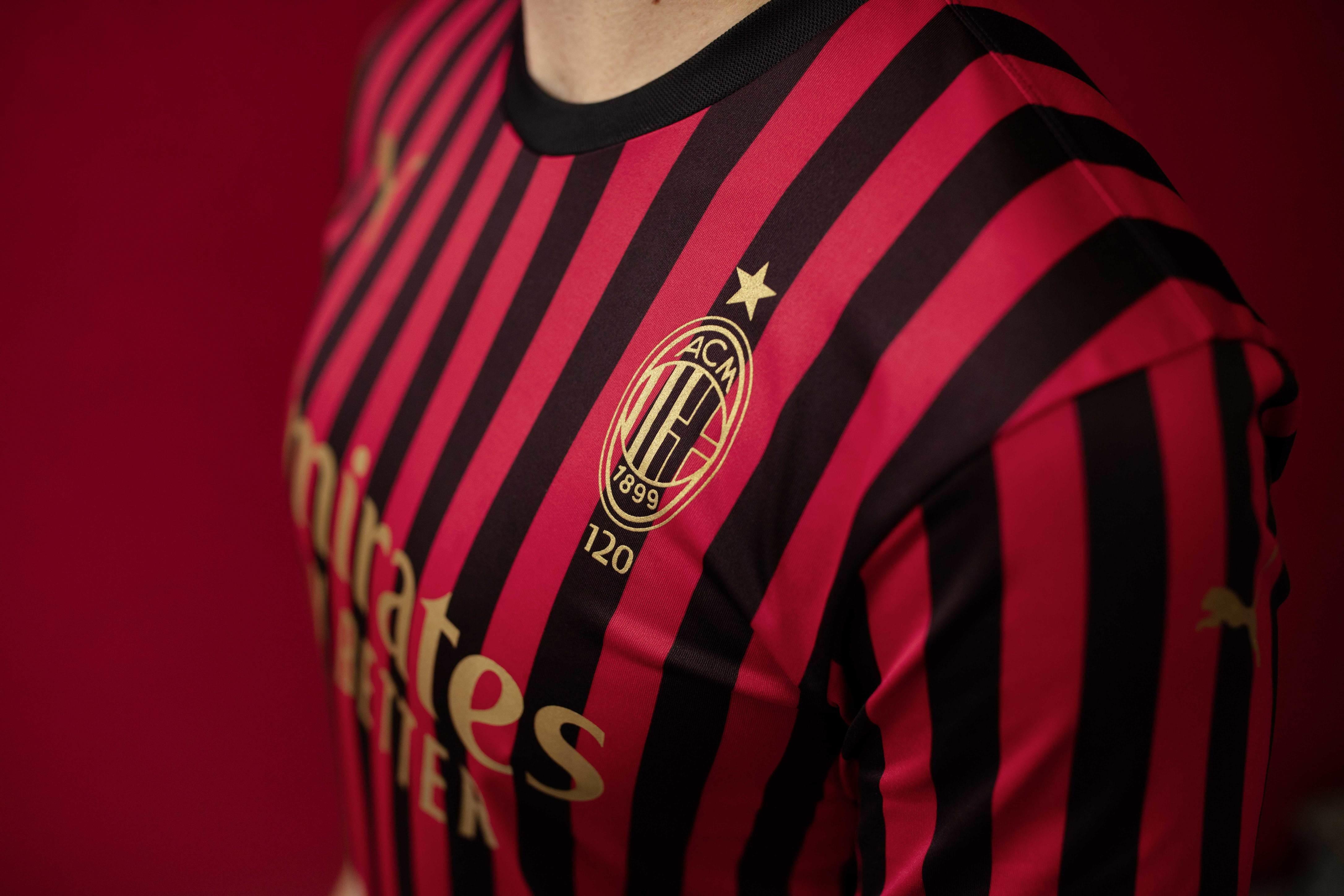 Il Milan e Puma hanno presentato la maglia celebrativa per i 120 anni di storia. Il Kit presenta elementi di design che celebrano questa storica ricor...