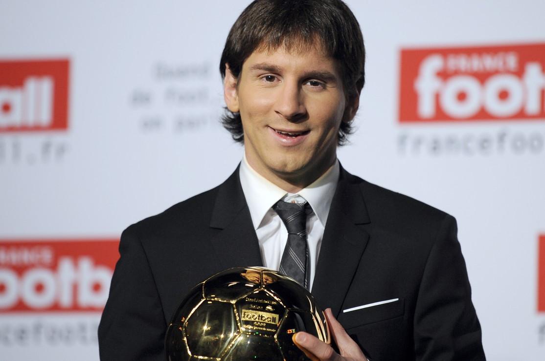 Lionel Messi ha vinto il sesto Pallone d'oro in carriera a 10 anni di distanza dal primo. Ecco com'è cambiata La Pulce da un trofeo all...