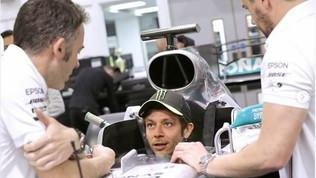 Rossi non vede l'ora: è già nella Mercedes di Hamilton