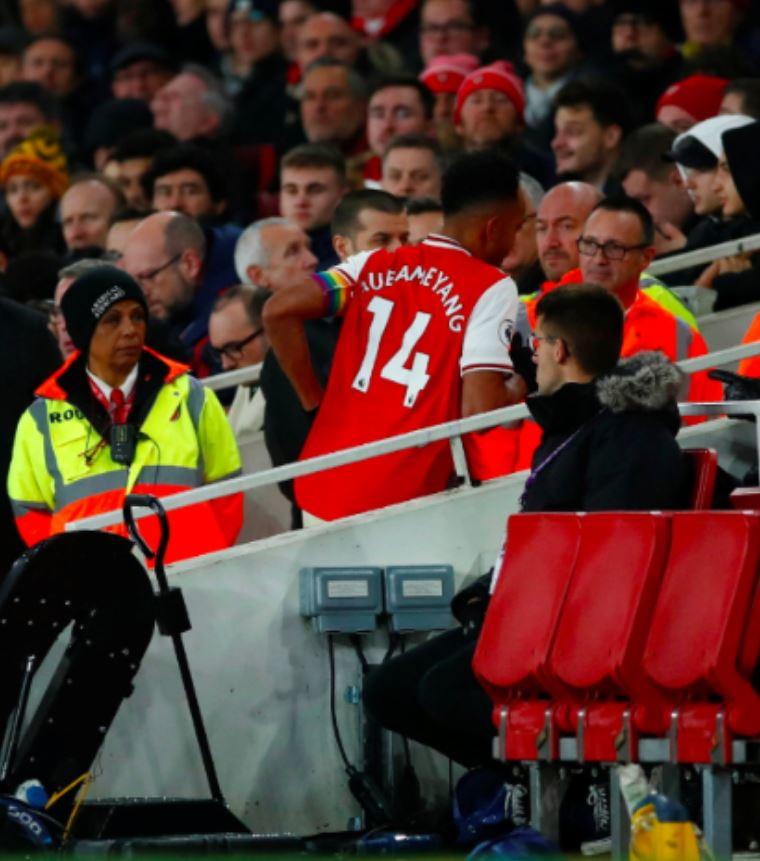 L'attaccante dell'Arsenal costretto a lasciare il campo durante la sfida col Brighton per andare in bagno.