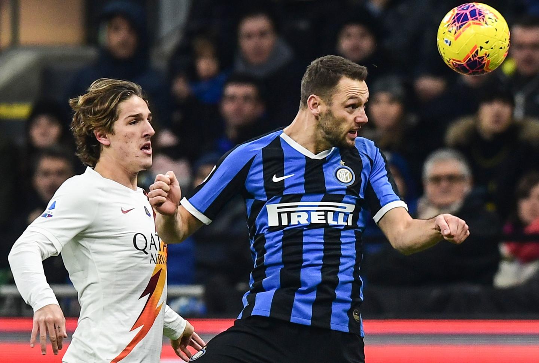 Nel primo anticipo della 15a giornata di Serie A, l'Inter pareggia 0-0 contro la Roma e, in attesa di Lazio-Juventus, si porta a +2 sui bianconeri. A San Siro le migliori occasioni sono per i nerazzurri, con Mirante super su Lukaku al 7' e Vecino al 48', mentre Brozovic calcia alto da ottima posizione (43'). I giallorossi manovrano bene, ma Handanovic non deve fare parate importanti.