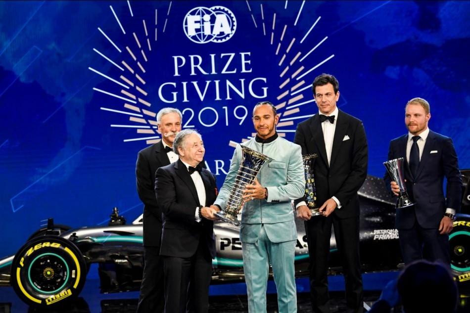 Tutti in smoking al Fia PrizeGiving 2019. Tutti tranne Lewis Hamilton che a Parigi si è presentato con un completo di velluto azzurro.
