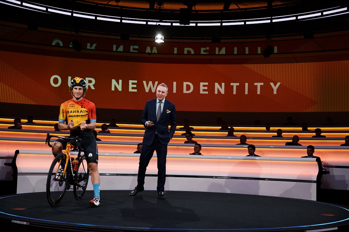 Nel 2020 sarà Team Bahrain McLaren. Il team di Woking, protagonista da sempre in Formula 1, ha deciso di ampliare la sua presenza nel mondo del ciclismo con una partnership del 50% con la squadra di ciclismo. Svelata la nuova maglia arancione che ricorda la livrea della monoposto.