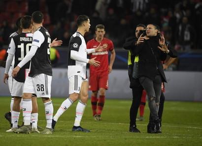 Al termine della sfida di Leverkusen contro il Bayer un tifoso arriva di corsa e lo prende al collo per farsi un selfie e l'asso della Juvelaprende malissimo.