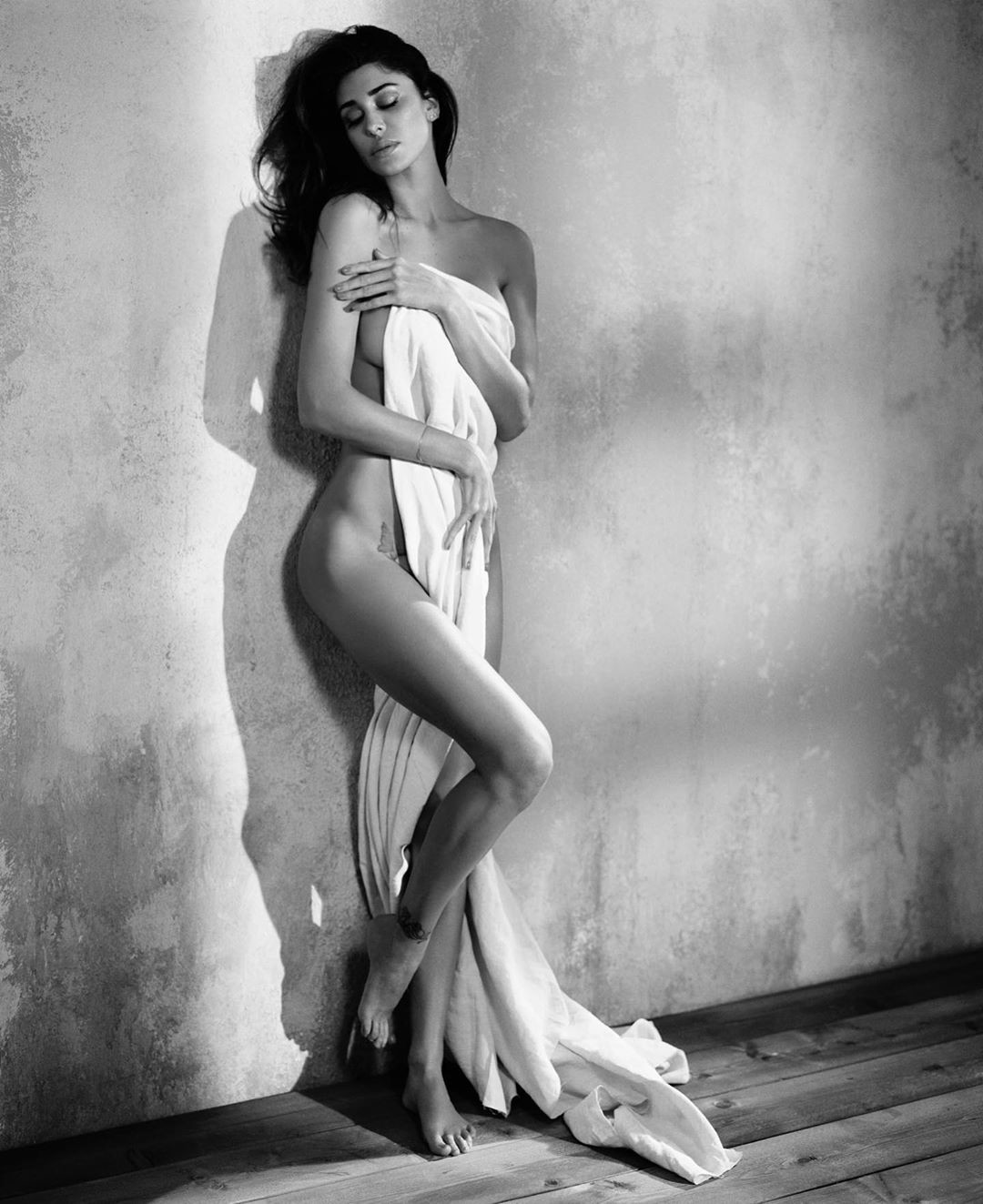Belen Rodriguez in lingerie bianca manda in tilt Instagram: guardare per credere...