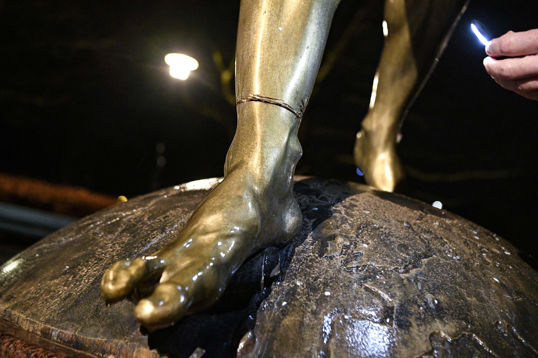L&#39;acquisto di quote del club rivale dell&#39;Hammarby&nbsp;da parte di Ibra continua a non andare&nbsp;gi&ugrave; ai tifosi del Malmoe. Dopo aver&nbsp;deturpato la statua dell&#39;ormai ex mito Zlatan posizionata di fronte allo stadio, alcuni teppisti hanno anche cercato di segarle i piedi per poi abbatterla. Gesto che ha costretto la polizia a erigere una rete di protezione attorno alla scultura.&nbsp;<br /><br />