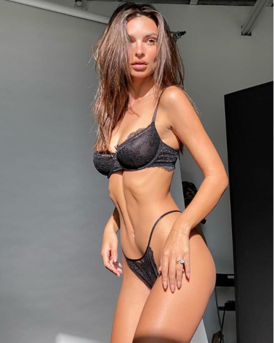 Emily Ratajkovski non sbaglia un colpo: la modella ha pubblicato una foto in lingerie per promuovere la sua linea di intimo e ha fatto la solita incetta di like su Instagram. Guardare per credere.