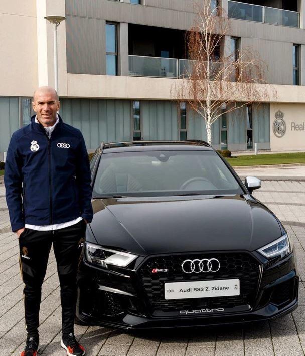 Audi, sponsor del Real Madrid, ha regalato per Natale alla squadra una macchina nuova fiammante. Il capitano Sergio Ramos&nbsp;ha scelto il modello pi&ugrave; costoso, una A8 50 TDI quattro tiptronic, dal valore di 101.325 euro. I modelli meno cari sono stati scelti da Benzema,&nbsp;Courtois e Zidane&nbsp;(RS 3 Sportback TFSI quattro S tronic&nbsp;dal costo di 67.310 euro).<br /><br />
