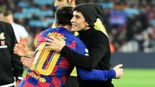 Marquez, abbraccio con Messi e calcio d'inizio del Clasico