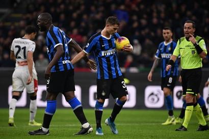 A 17 anni Sebastiano Esposito, alla prima chiamata da titolare in Serie A, contro il Genoa a San Siro segna su rigore al 19' del secondo tempo il ...