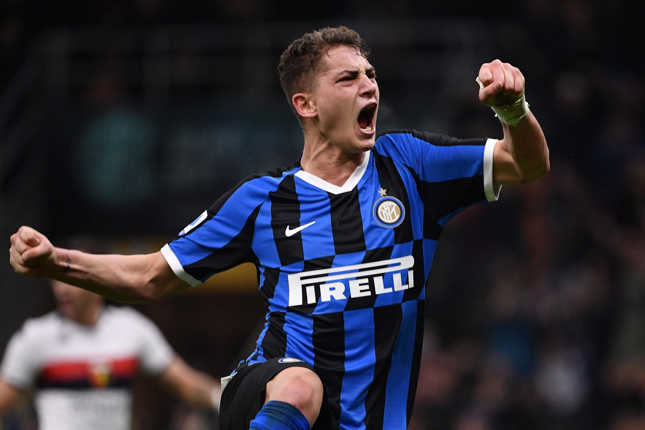 L'Inter chiude il 2019 con un 4-0 che permette ai nerazzurri di tenere il passo della Juventus, agganciata in testa a quota 42 punti. A San Siro la squadra di Conte sblocca la sfida al 31' con Lukaku e raddoppia al 33' grazie a Gagliardini. Nella ripresa arrivano le altre due reti firmate dal baby Esposito (su rigore al 64') e ancora da Lukaku (71'). Il Grifone resta terzultimo con 11 punti: Thiago Motta a un passo dall'esonero.